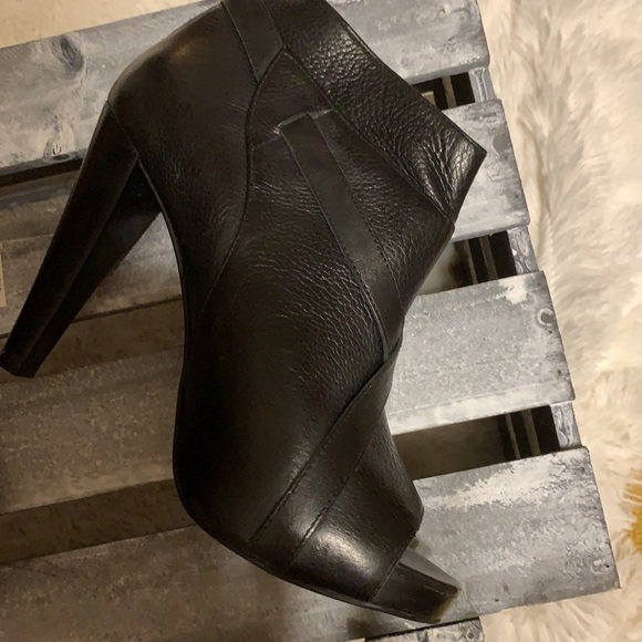 NWOB Fergie leather booties size 9 m